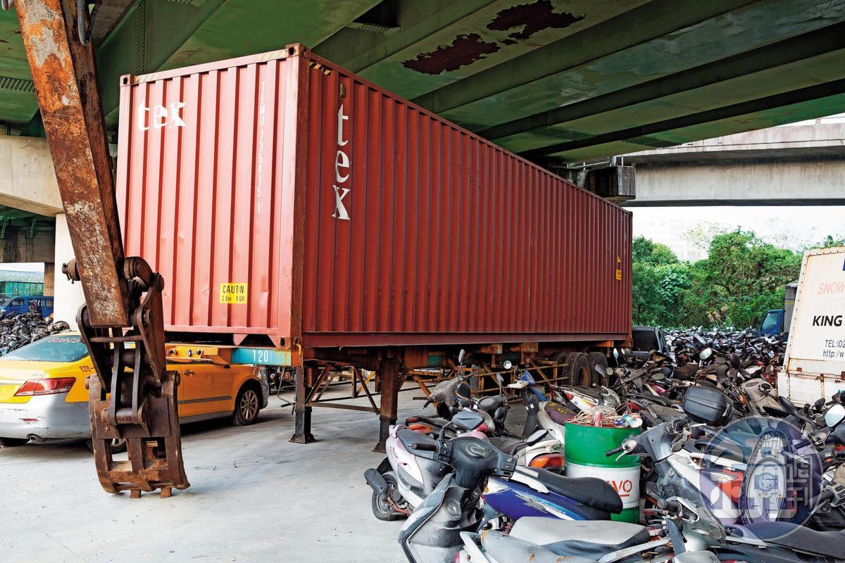 黑衣人以油壓剪破壞門鎖後,拖來貨櫃打算搶奪回收場的報廢機車,印北則以怪手擋住去路。