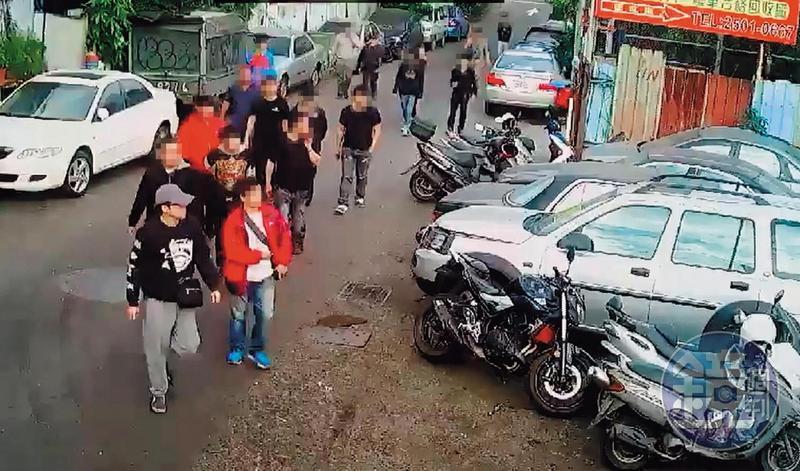大批黑衣人押著蔡姓少東進入印北報廢車回收場談判,想爭食非洲外銷大餅。