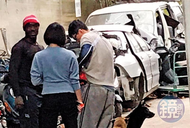 蔡姓少東(右)帶著傷接待前來收購台灣報廢回收車的非洲商人(左)。