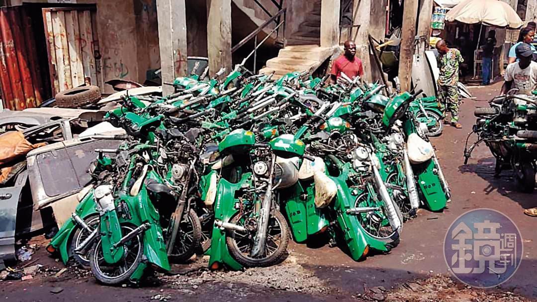 大批在非洲等待整修上路的中華郵政淘汰機車。