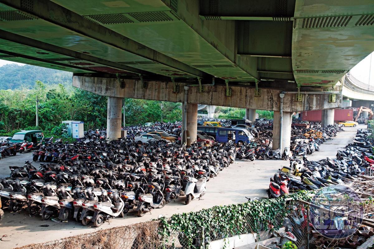 印北公司將近千輛的報廢機車囤貨區,成為黑衣人覬覦的目標。