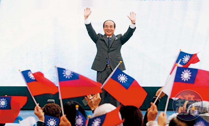 前立法院長王金平7日在國旗旗海簇擁下宣布參選,仿效高雄市長韓國瑜選舉場景,爭取深藍支持。