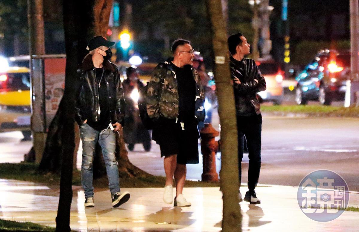 22:49,跟著男性友人一陣閒晃,但周湯豪沒在外多鬼混就回家了。