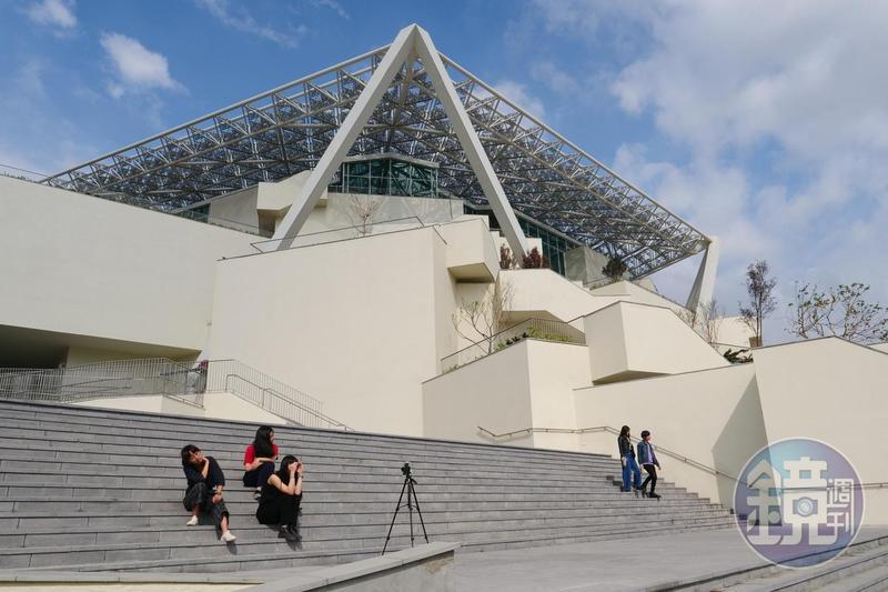 「台南市美術館」2館由日本建築師坂茂設計,主建築外頭大型五角碎形遮蔭屋頂,以市樹鳳凰花為發想。