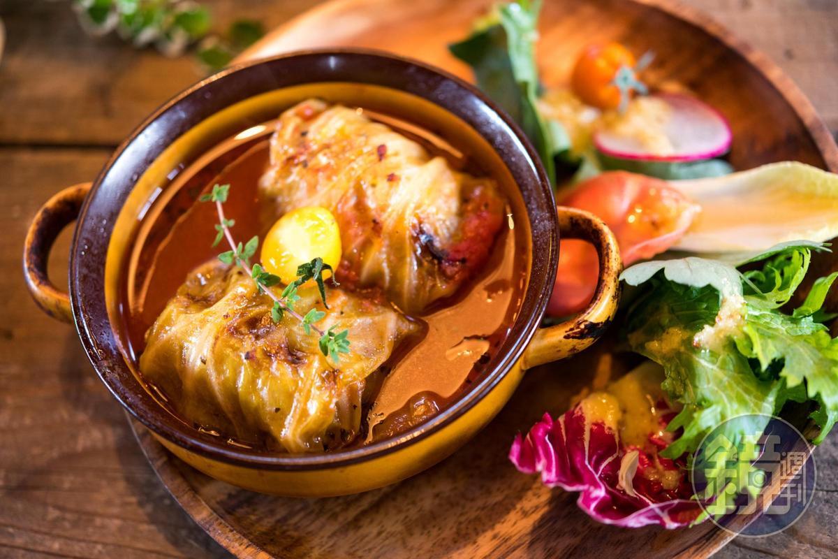 「烤爐蔬菜捲」在冬季的烤爐上,以高麗菜包著碎牛肉的滋味,濃郁到身體都暖和了。(1,500日圓/份,約NT$423)