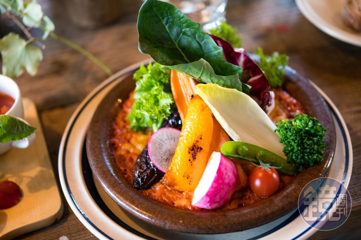 「蔬菜巧達鍋派」以冬天的蔬菜,搭配以蛤蜊巧達湯的結合,特殊的創意料理。(1,500日圓/份,約NT$423)