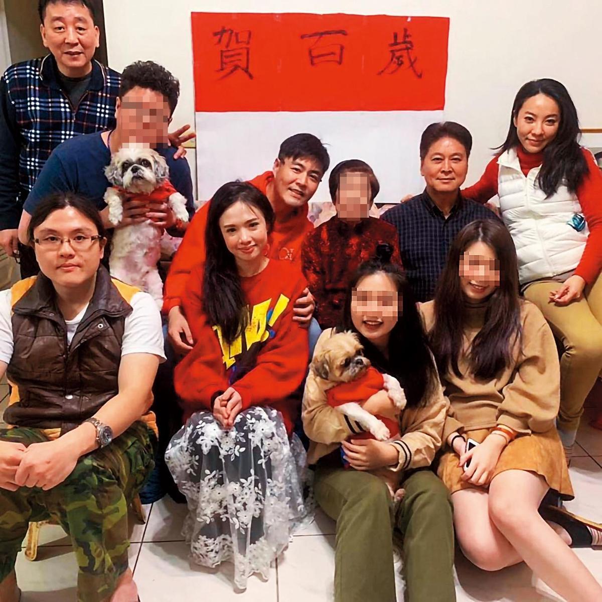 劉至翰和Vivian(前左)離婚後仍有互動,過年時還跟劉至翰探望他奶奶。(翻攝自劉至翰臉書)