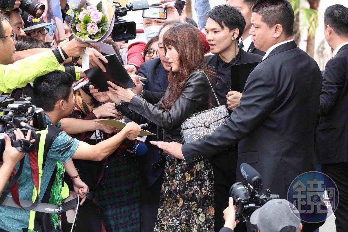 工藤靜香背著自己買的寶格麗包款,熱情為粉絲簽名。
