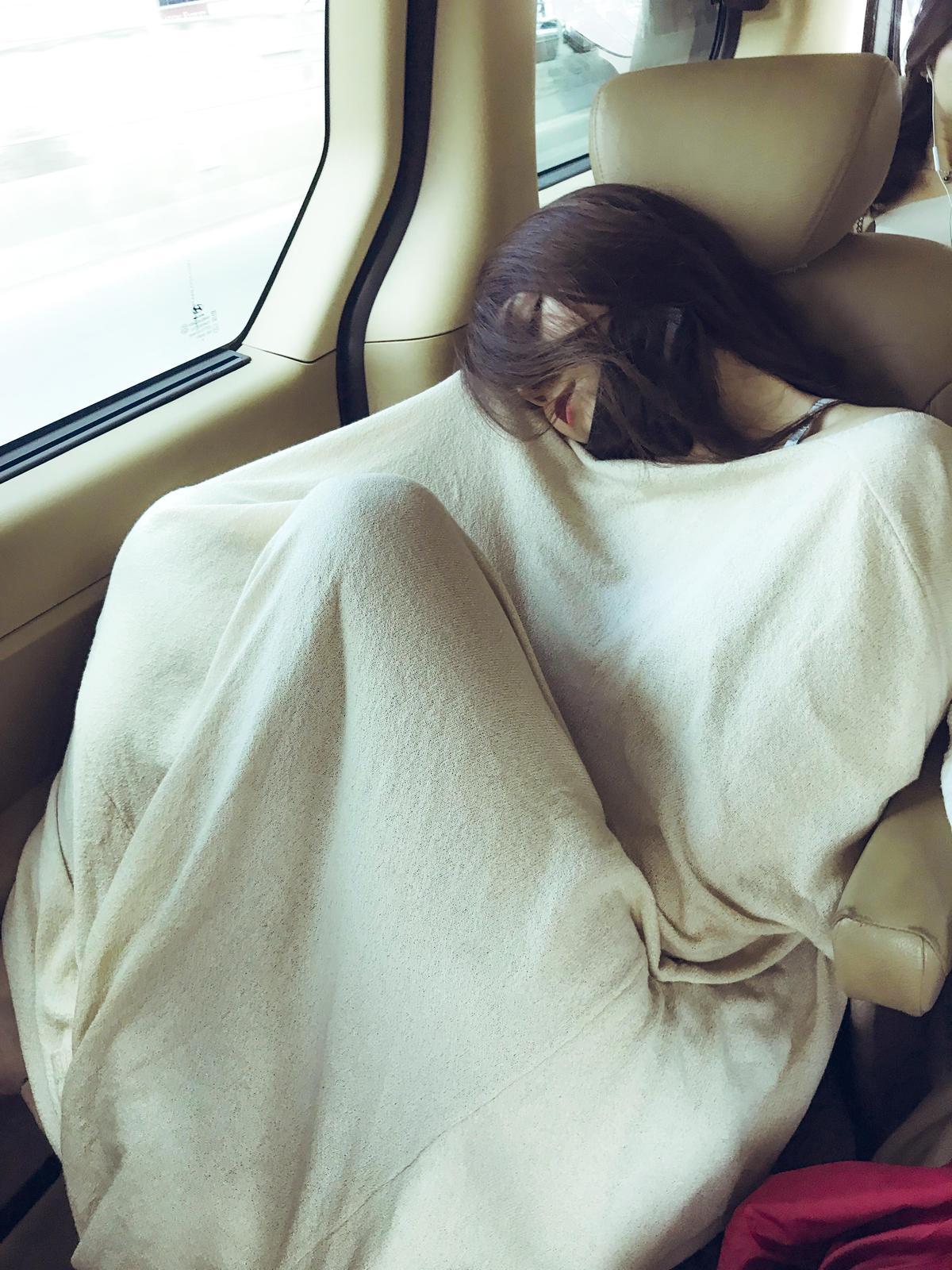 回想起這次泰國拍攝之旅,真是累到一個極點,大家都爭取時在車上睡覺。(創笙國際股份有限公司提供)