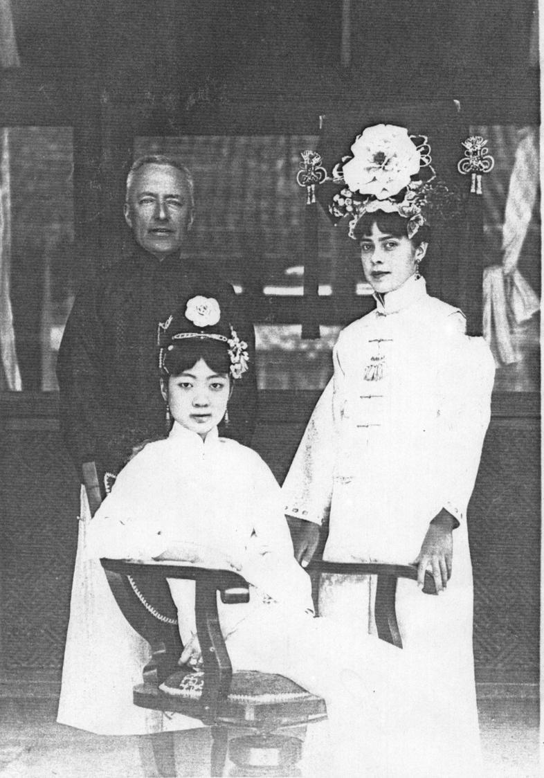 眼尖的網友發現,清朝末代皇后琬容(前)的美籍家庭教師伊莎貝(右)和howhow很像。(翻攝自維基百科)