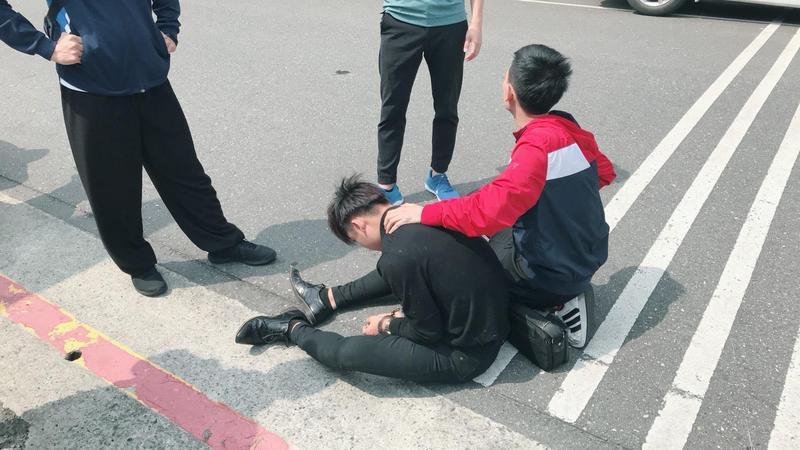 劉姓詐騙車手遭到警方圍捕就逮。(警方提供)