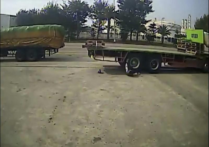 邱姓司機被拖板車後輪連續輾壓2次,導致骨盆碎裂,畫面驚悚。(翻攝自臉書)