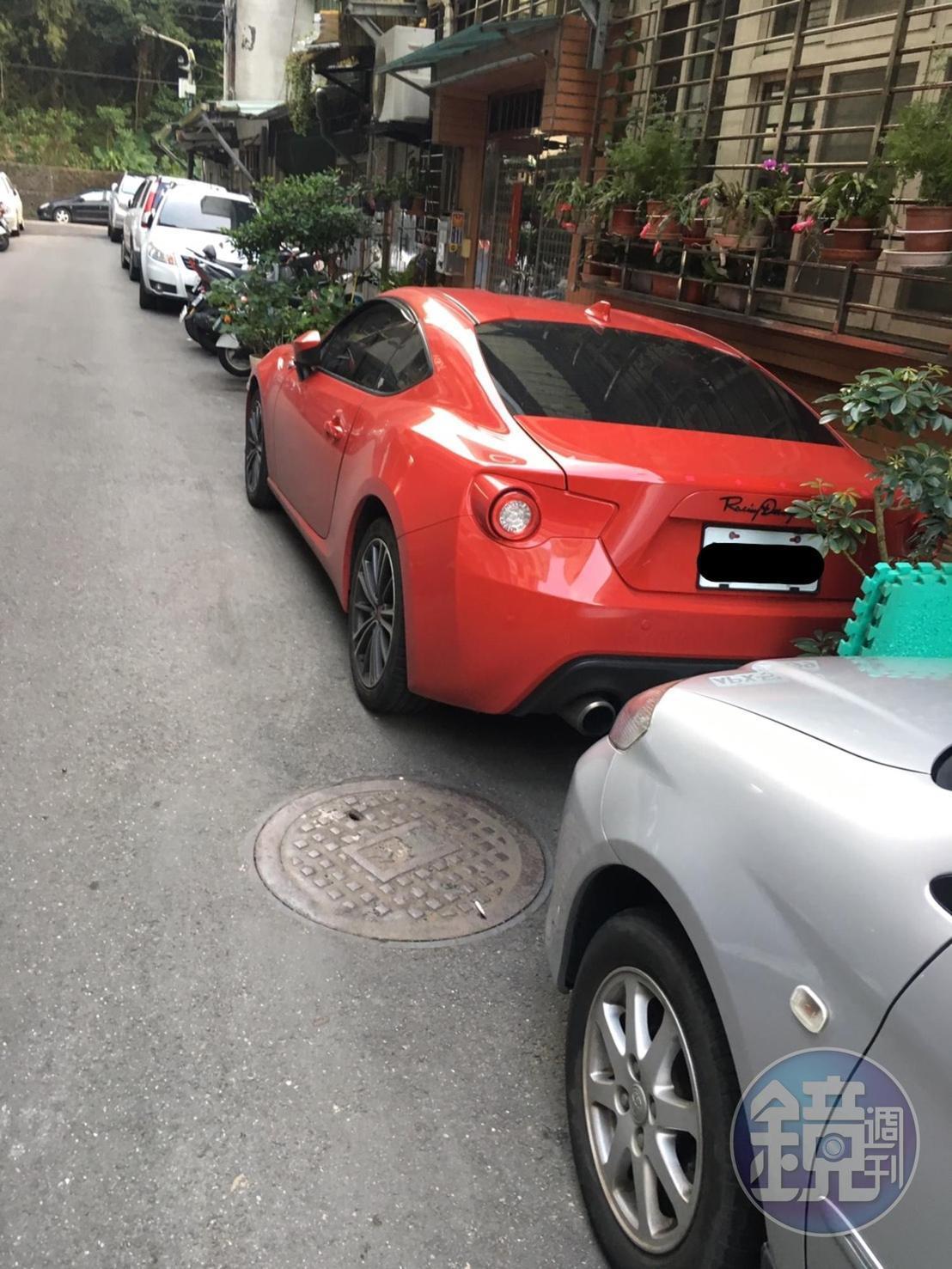 周員態度高調,還開紅色跑車上班。(投訴人提供)