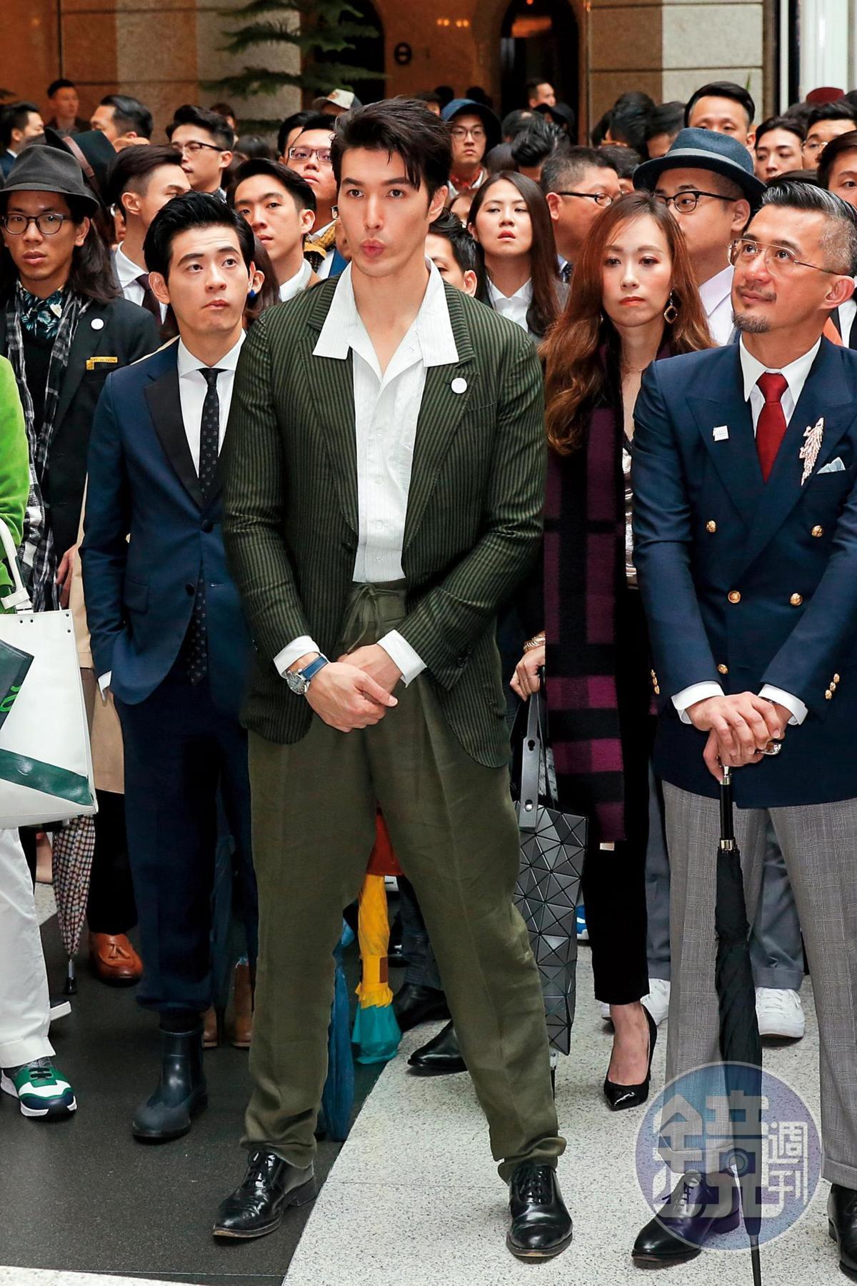 性感不過人,錦榮(前排左二)嘟嘴賣萌,雙手交握在胯前。