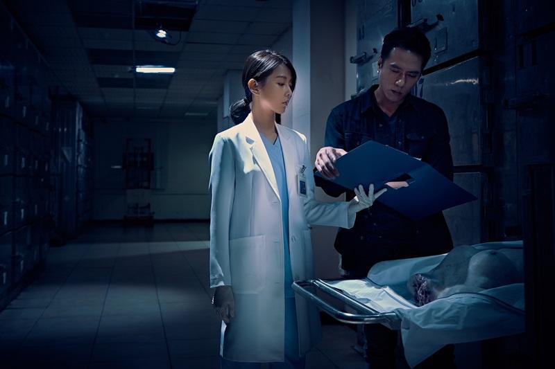 邵雨薇與莊凱勛在真實停屍間拍攝,重金打造的道具無頭屍看起來十分嚇人。(華映提供)