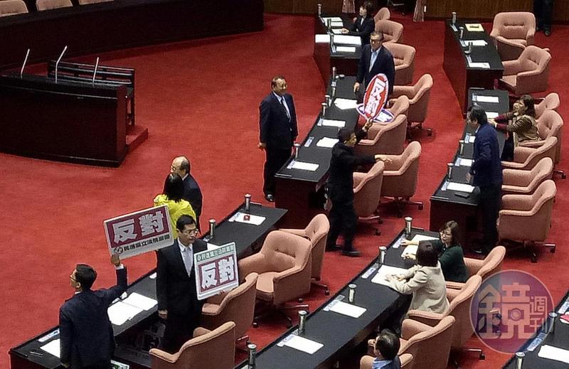 國民黨立委賴士葆等人提出的專法「公投第12案施行法」草案在藍綠有共識下逕付二讀,將與政院版併案協商。