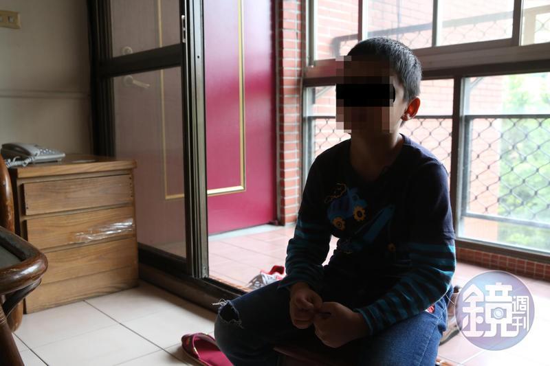 哥哥曾目擊妹妹遭周姓員警騷擾。