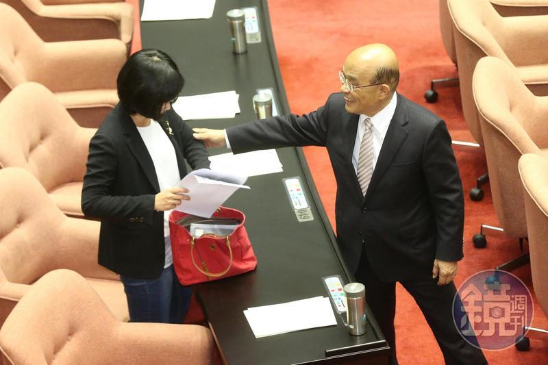 結束質詢後,蘇貞昌還特地到蘇巧慧座位向女兒致意。