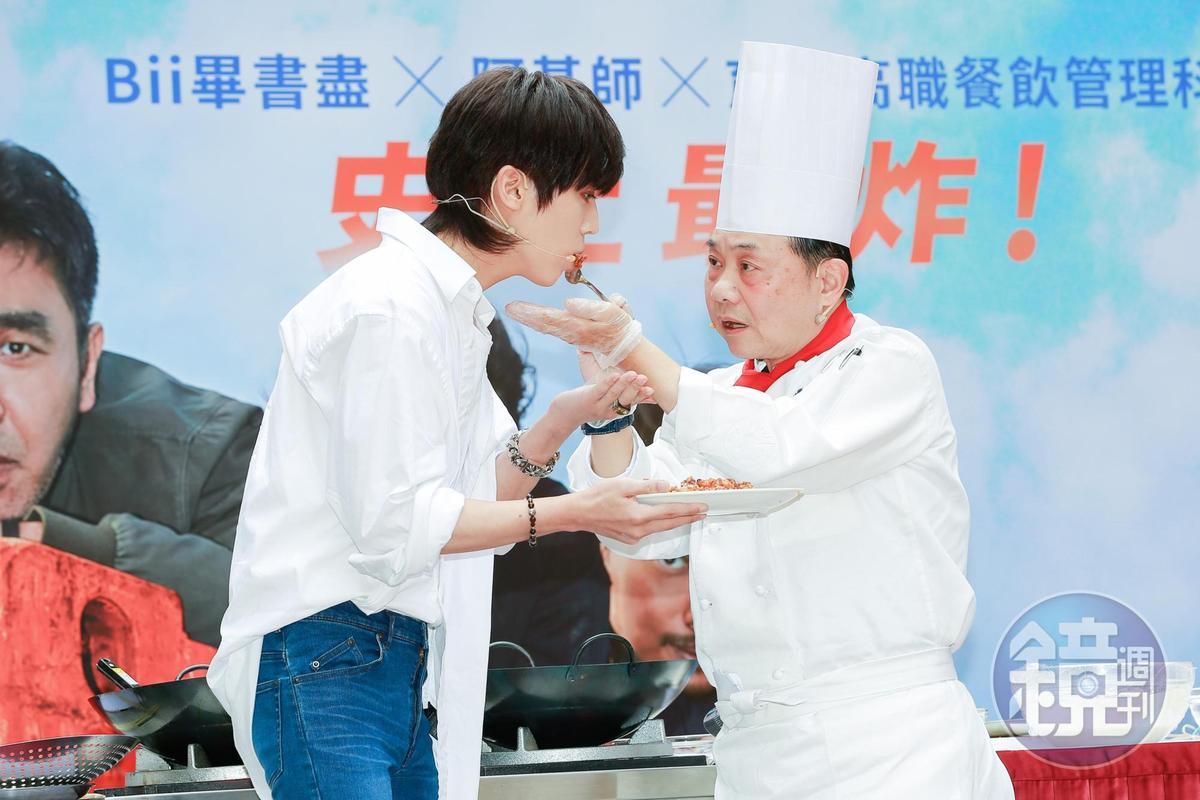 阿基師說吃炸雞強調「吮指回味」,要用手吃比較有味道。