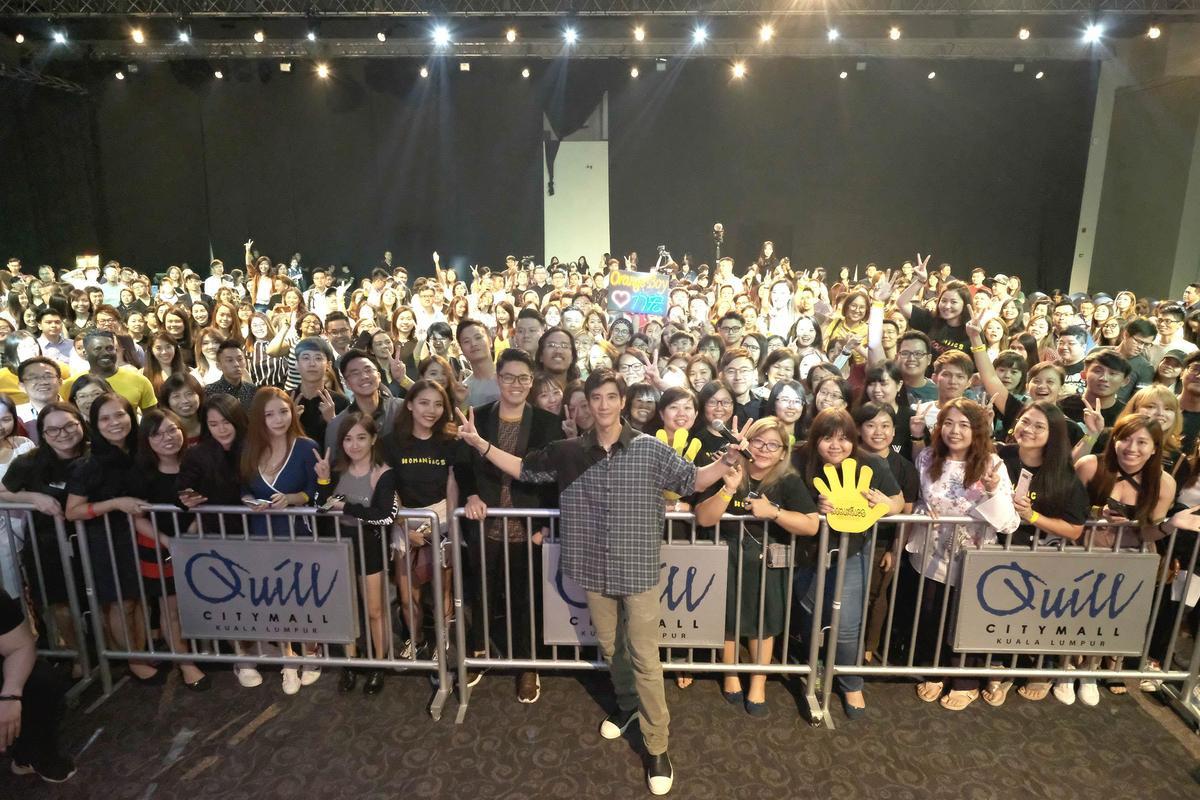 王力宏在吉隆坡舉行演唱會簽票會,跟千名歌迷互動玩遊戲寵粉。(宏聲音樂提供)