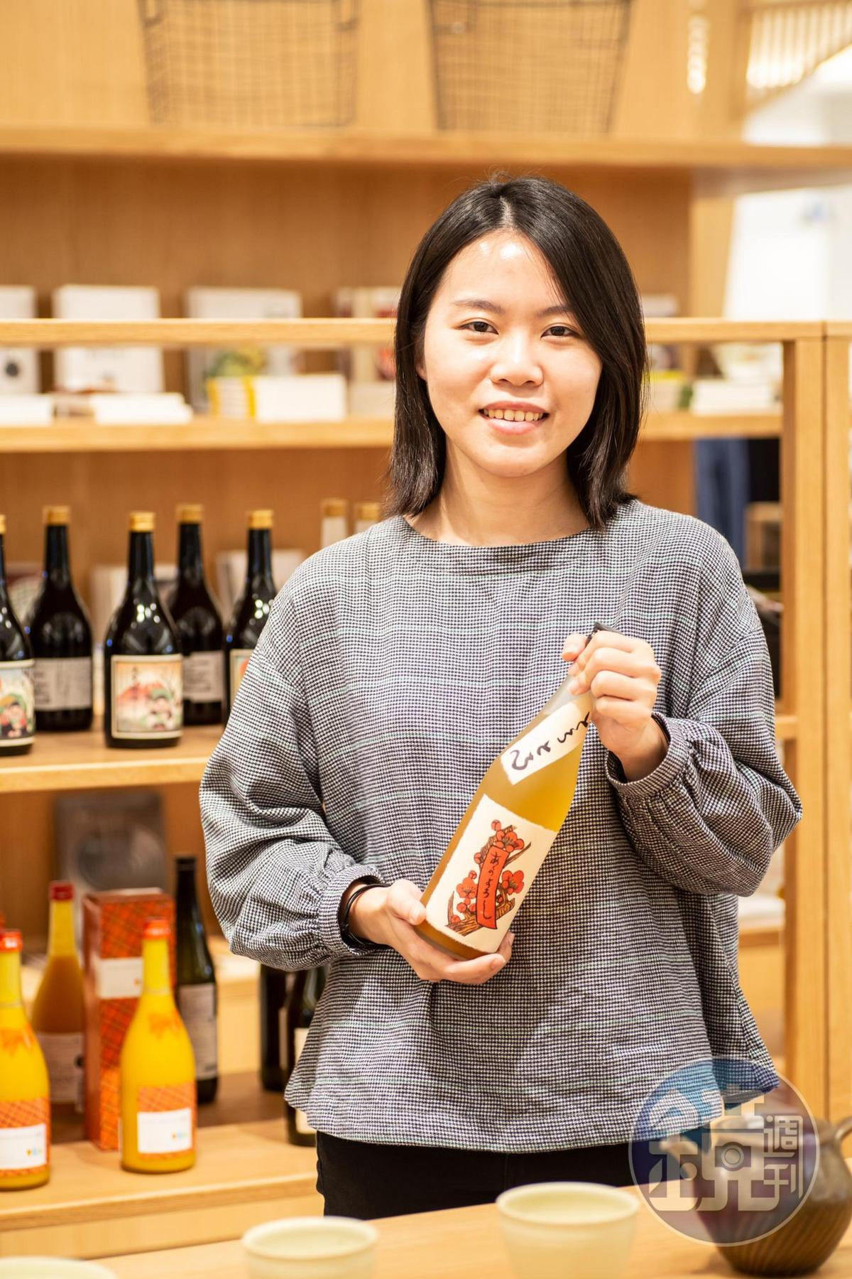 「小器梅酒屋」店長李怡萱建議客人,嘗試各種品飲梅酒的方式,風味會截然不同。