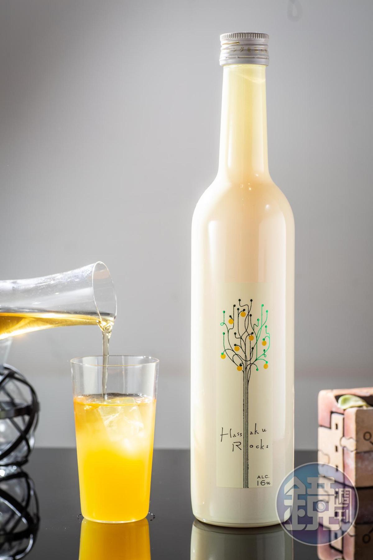 「八朔橘Rocks」純飲時酒味較重,果皮油脂產生的香氣濃厚,調入紅茶,會有類似手搖水果茶的風味。(990元/瓶)