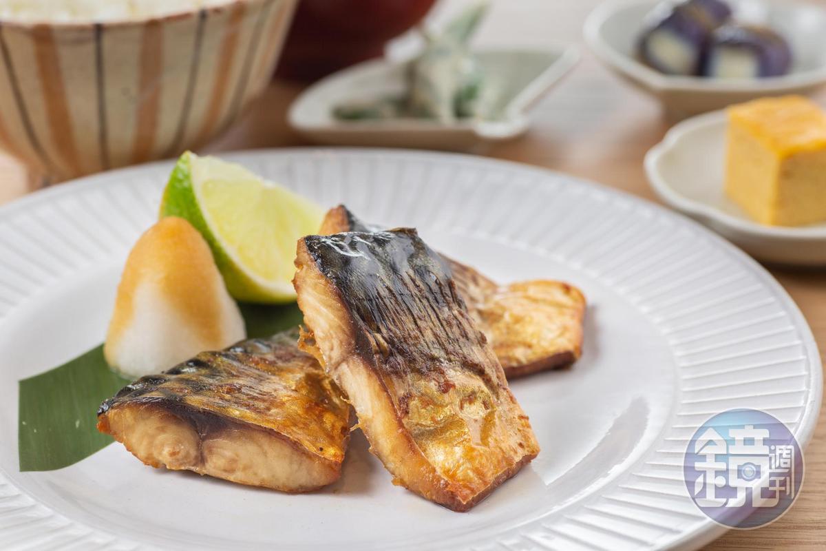 「鹽烤鯖魚定食」特選油脂豐厚的挪威鯖魚,表皮烤酥後,撒上五島灘海鹽,滋味鹹香下酒。(320元/份)