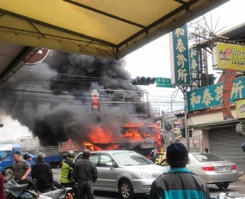 民眾拍到文具行起火燃燒的景象,PO在臉書「大里人聊天室」。(消防局臉書)