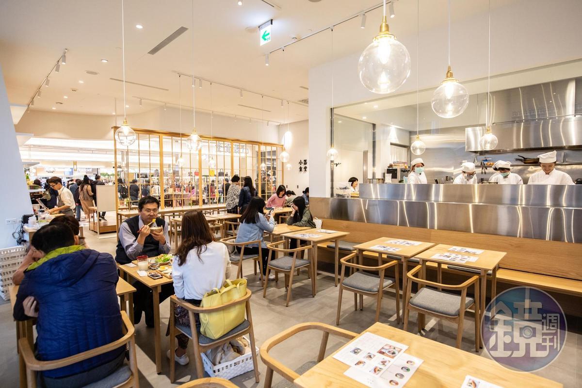 餐廳明亮寬敞,靠窗位子還能看到台北101。