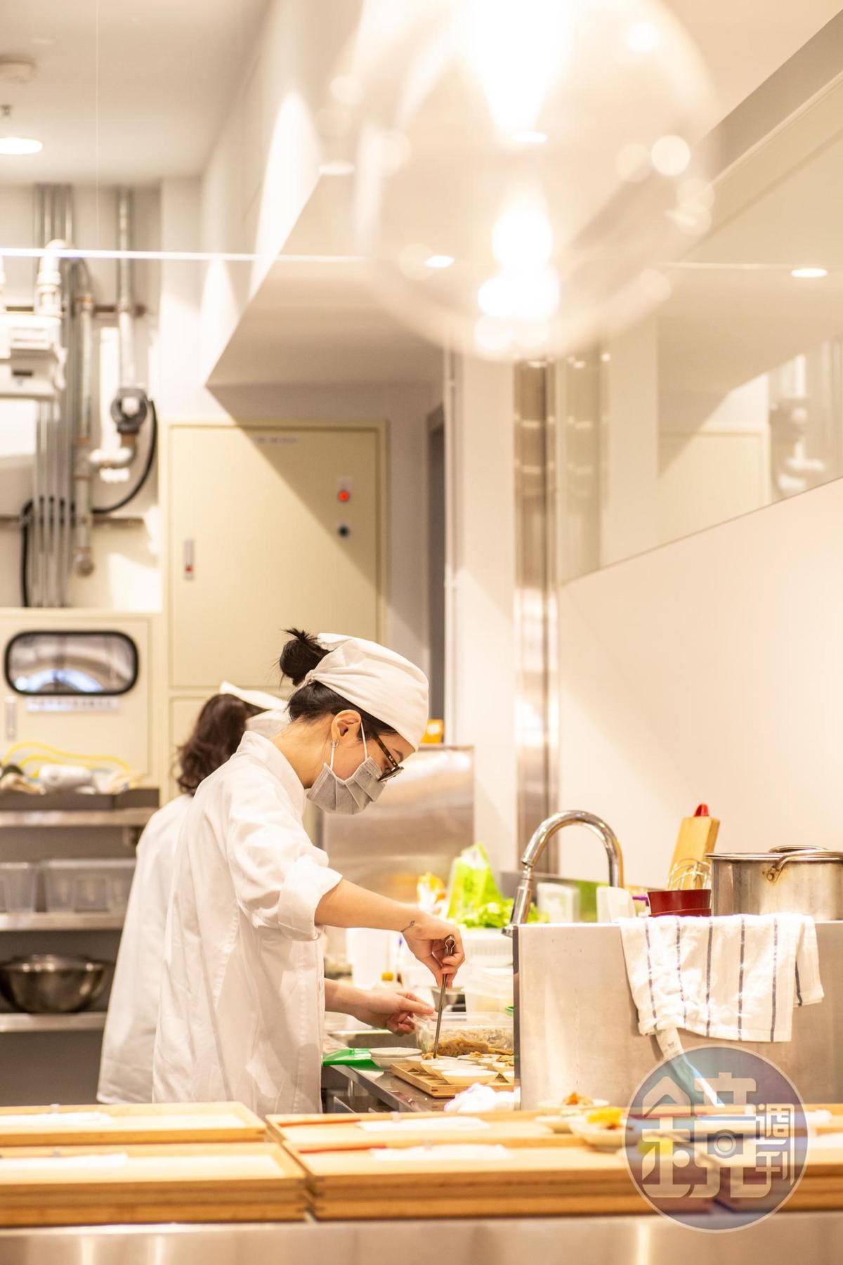 小器食堂採開放式廚房,料理過程看得見。