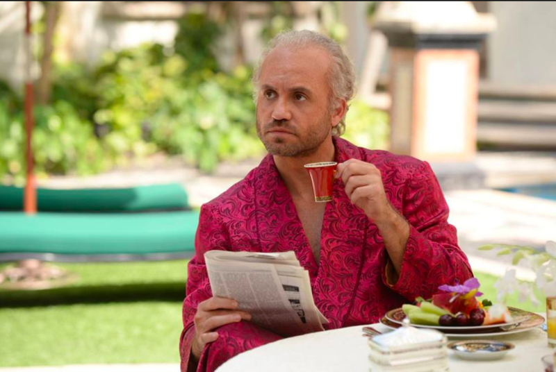 埃德加拉米雷茲扮演凡賽斯,他是享樂主義的代表人物,從金光閃閃的誇張服飾設計,到邁阿密海灘上的豪宅,凡賽斯就是閃。(翻攝自American Crime Story官方粉絲團)