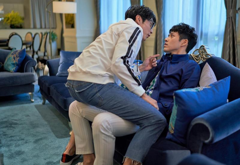 宋柏緯在《愛情白皮書》中,對吳岳擎又親又抱、還跨坐到對方腿上,演出男男濕背秀。(東森提供)