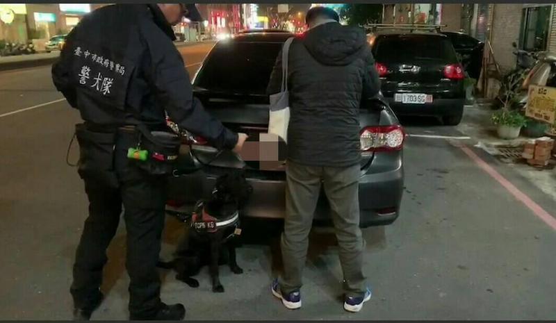 警方攔車,警犬嗅聞出林嫌身上藏有毒品。(警方提供)