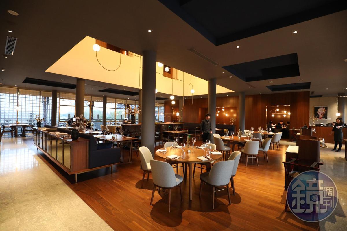 蓋在橋上的餐廳,明朗開闊,可見橋身相當寬闊。