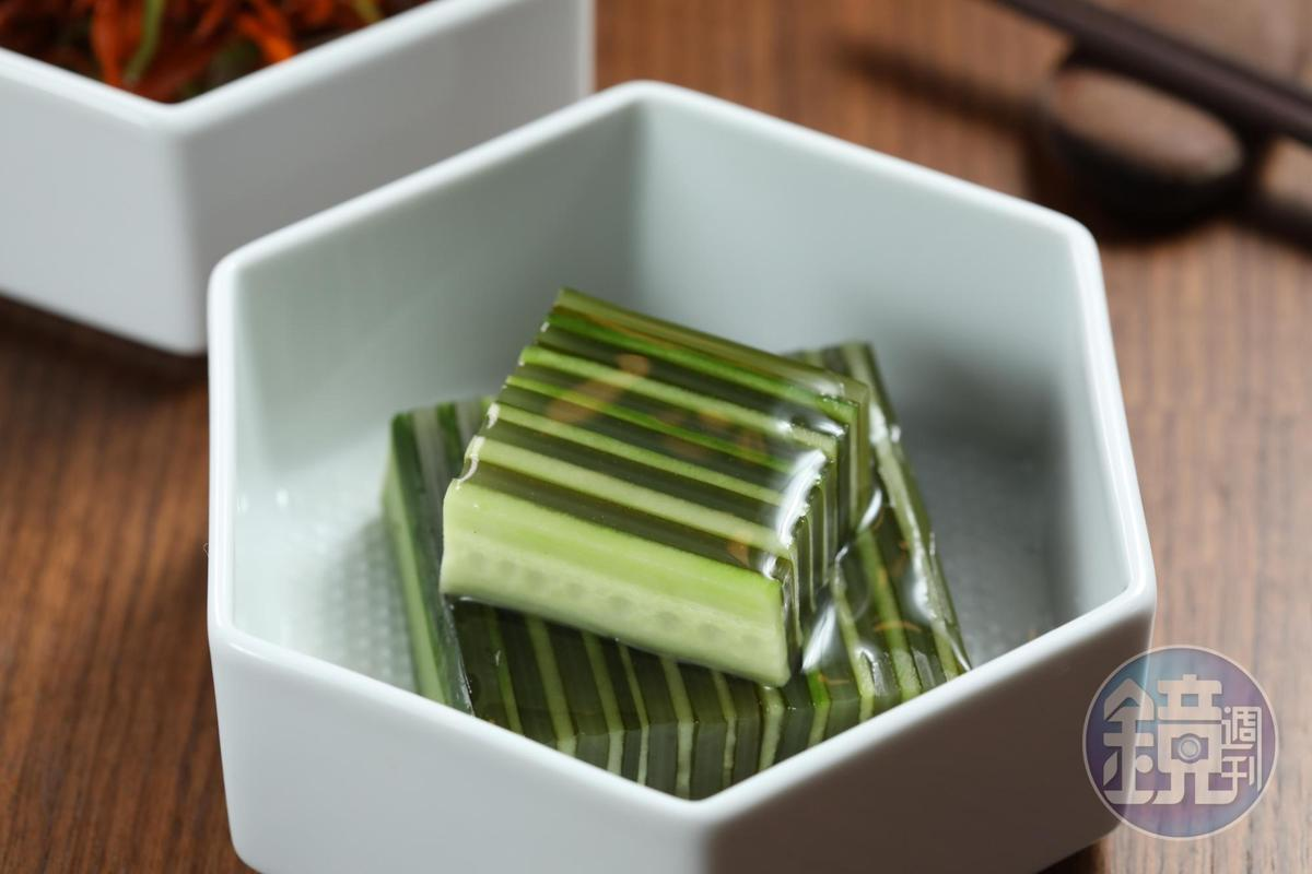 做工繁複的「千層黃瓜昆布漬」,非常雅致,滋味酸中帶甜,令人印象深刻。(人民幣688元經典套餐菜色,約NT$3,071)