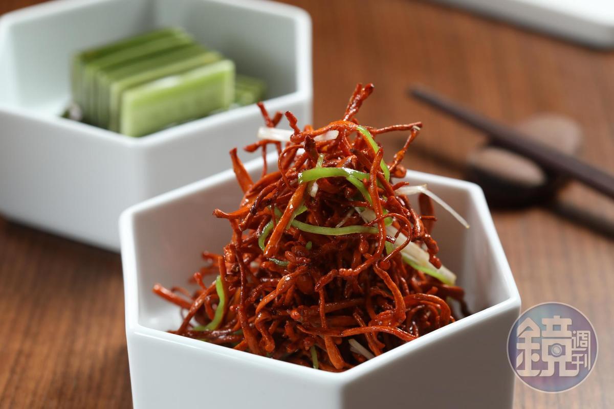 紅艷艷的「招牌豆莢蟲草花」口感香脆,是最受歡迎的招牌涼菜。(人民幣688元經典套餐菜色,約NT$3,071)