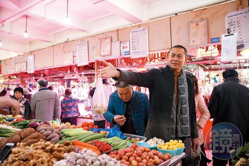 江振誠每個月飛成都,必定到「玉林菜市場」看食材,瞭解節令變化。
