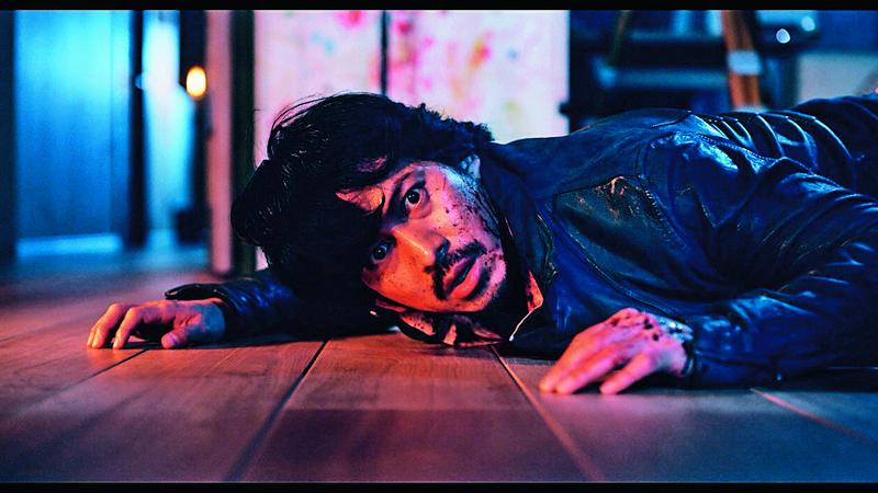 《來了》改編自恐怖小說,以鬼故事包裝人性怨念,岡田准一的作家角色邊緣又詭異,頗為搶眼。(車庫提供)