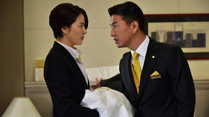 木村拓哉被派到飯店臥底,與長澤雅美一起解開連續殺人案真相。(翻攝自預告)