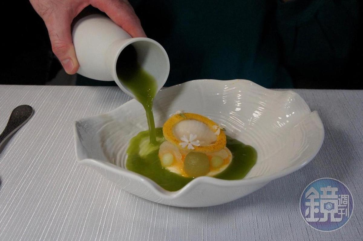 「Yannick Alléno X Gildas Périn 四手餐會菜單」菜色之一「釋迦雪酪,醃製香瓜切片」。