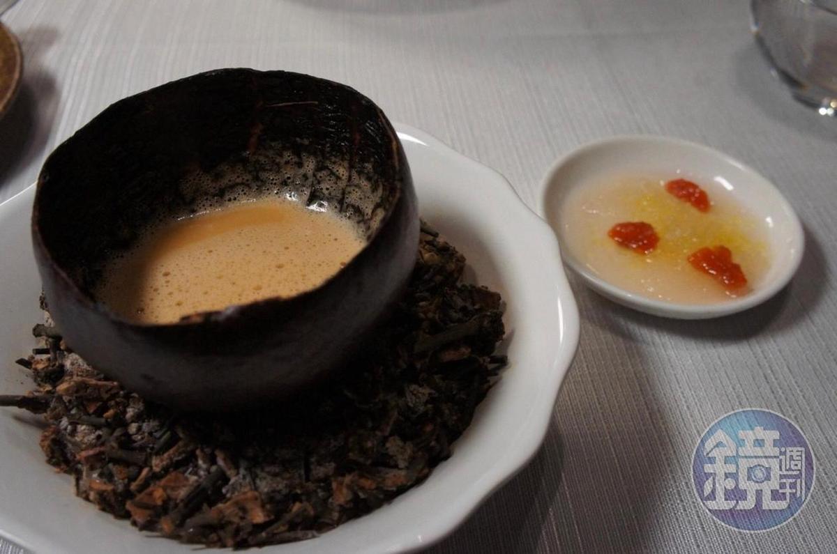 「海膽湯、烤葡萄柚盅與海水碎冰」運用邊角食材做出很法菜風格的料理。