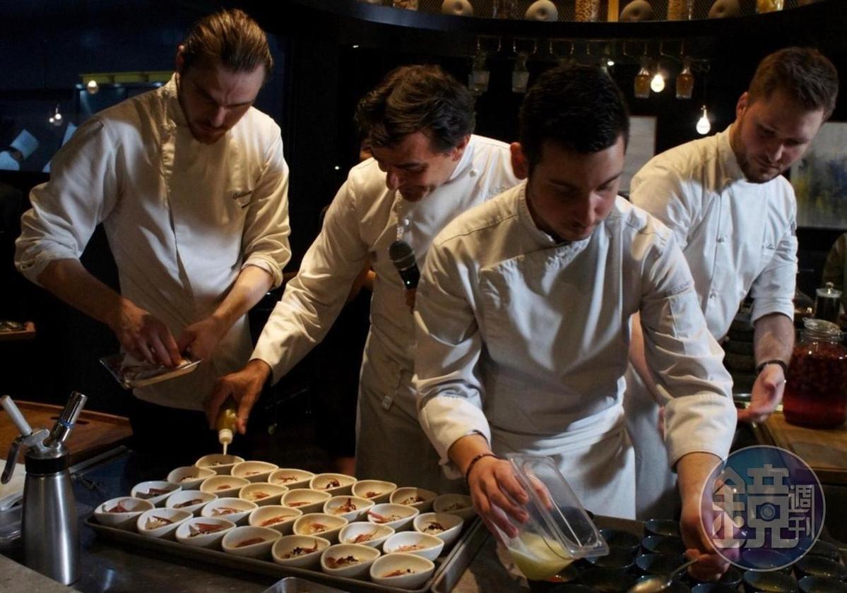 亞尼克(左二)示範以「精萃」技術調出來的醬汁做成料理。