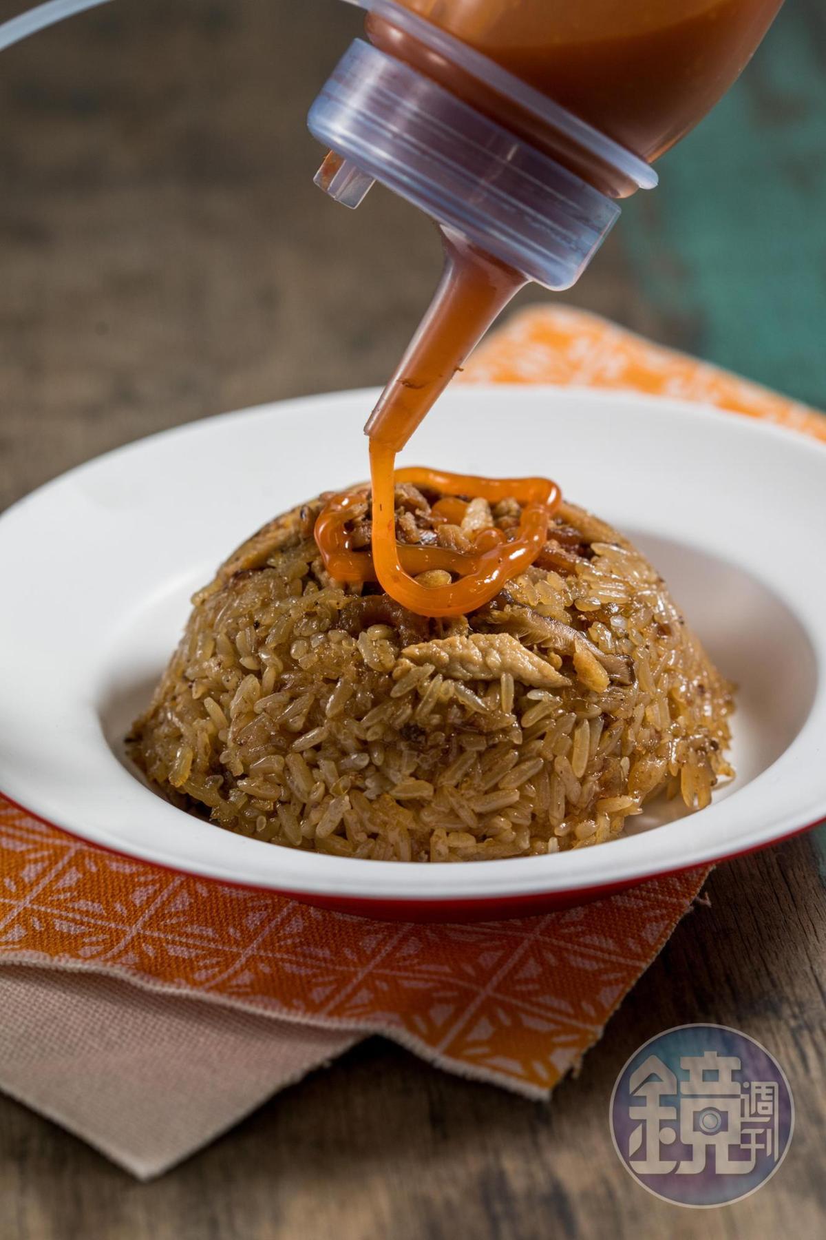 傳香碗粿的油飯粒粒分明,加上辣醬滋味更好。(30元/碗)