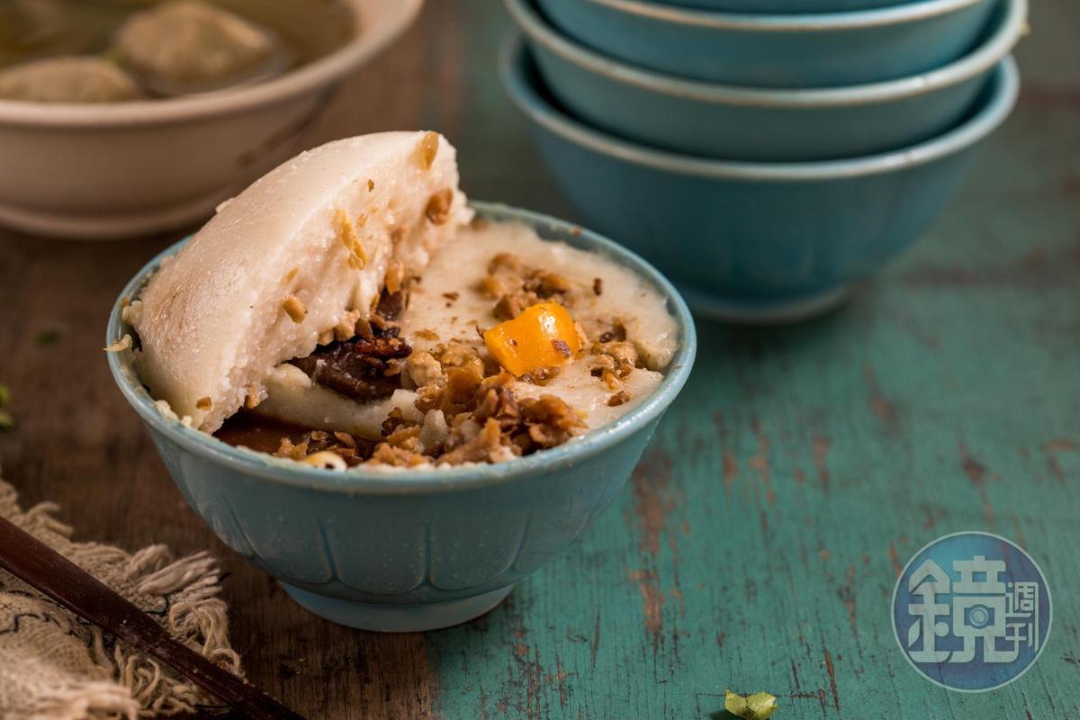 傳香碗粿的「香菇鹹蛋碗粿」加上自家炒的菜脯,鹹香有味。(35元/碗)