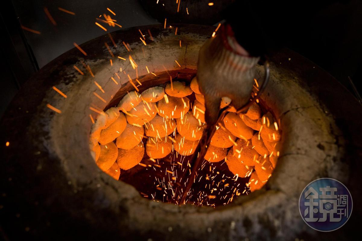 龍門胡椒餅與小酥餅都由攝氏高溫200度C汽油桶缸爐炭烤。
