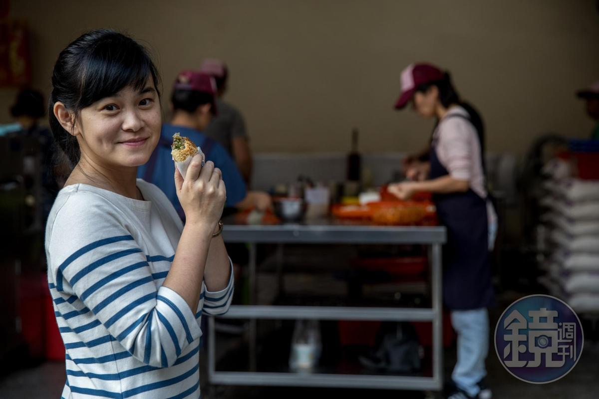盧怡安特別喜歡炭香十足的龍門胡椒餅。