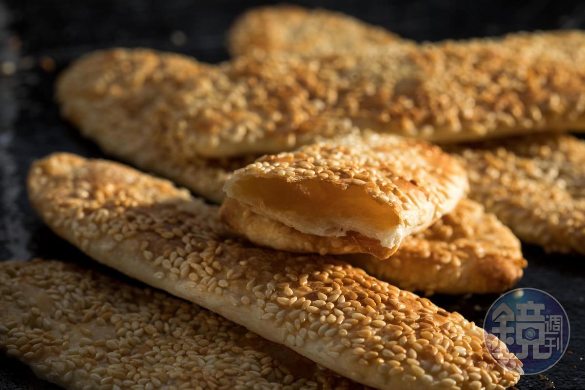 扁扁的「甜餅」以二砂為餡,進攝氏250度電爐烤。(12元/份)