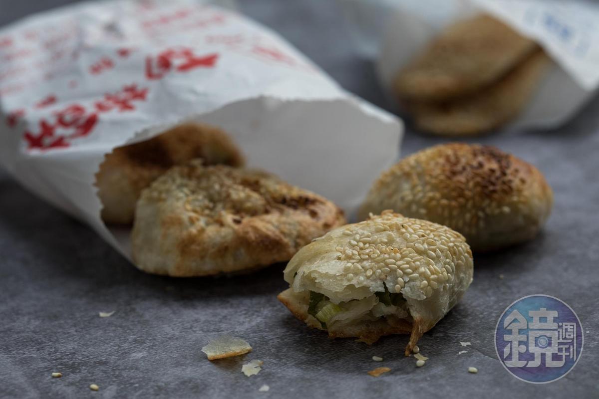 「小酥餅」包入蔥油後下缸爐烤至酥脆。(12元/顆)