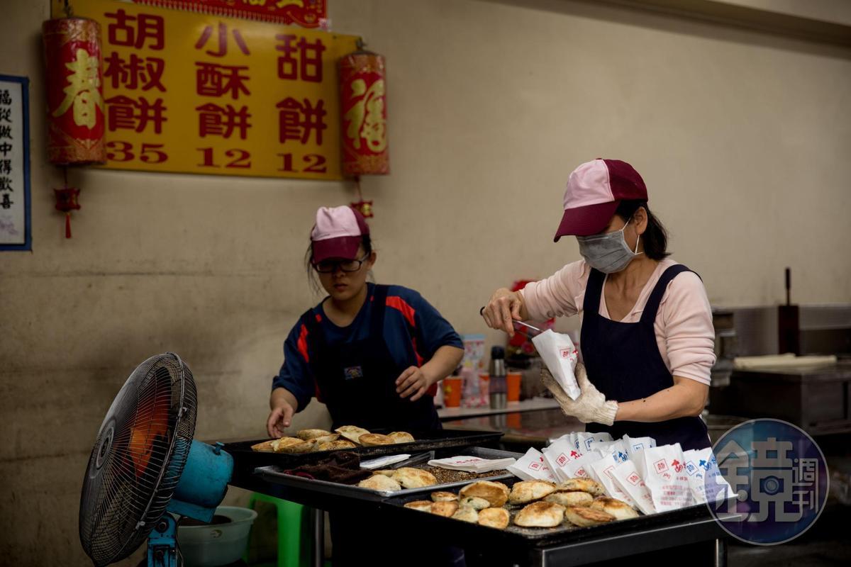 龍門胡椒餅下午就會開始排隊,一天光是胡椒餅就可賣出700顆。