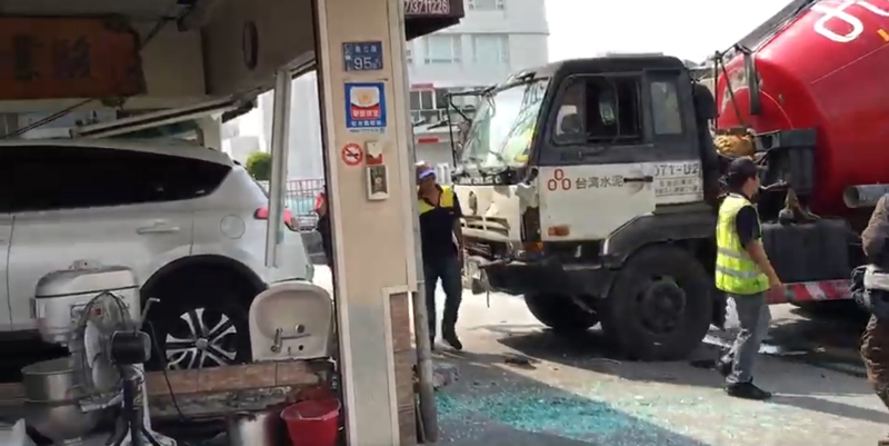 預拌混泥土車將白色休旅車撞進店內,造成3人受傷。(翻攝畫面)